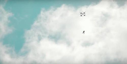 世界首次!无人机跳伞你见过吗?