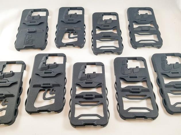 这款手机壳被称为PeriscopeCase,外观设计比较户外。它的背面有纵、横两个卡口,手机两侧有几个孔位,可以穿入绳子将手机固定在任何物体上。它还集成了一个简单的镜像系统,用户只要从背壳中间的地方取出镜片,放入其中一个卡口中就可以了。这样的设计使得用户无需握持或立起手机也可以拍照,完美取代各种附加的功能性手机配件。