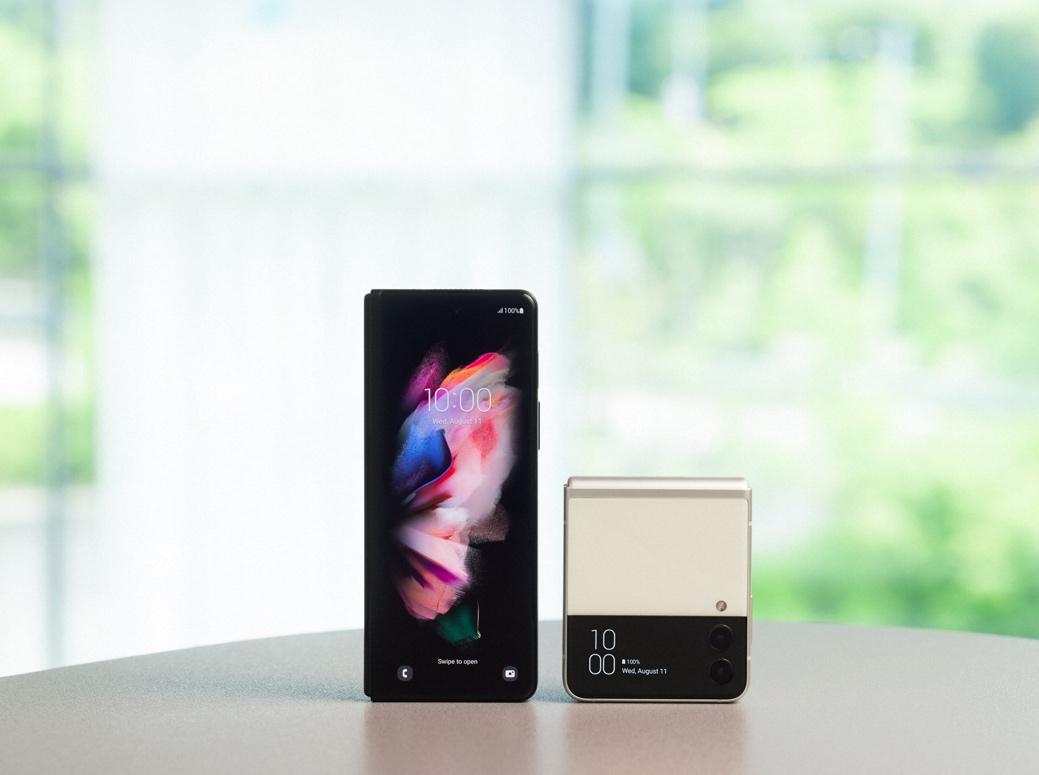 采用UDC屏下摄像头 三星推出折叠屏手机Galaxy Z Fold3等新品